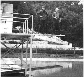 Jungen auf dem Sprungturm