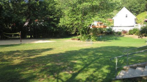 Liegewiese mit Fußballplatz und Beachvolleyballfeld.