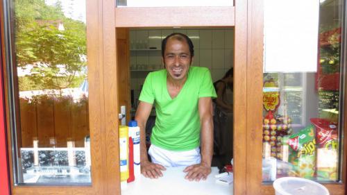 Kioskbetreiber Eken Gürkan wartet schon auf die ersten Kunden.